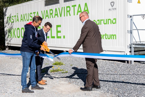 Inkoo's mayor Robert Nyman (left), Fortum's Vice President of Trading and Asset Optimisation Simon-Erik Ollus and Caruna's CEO Tomi Yli-Kyyny.